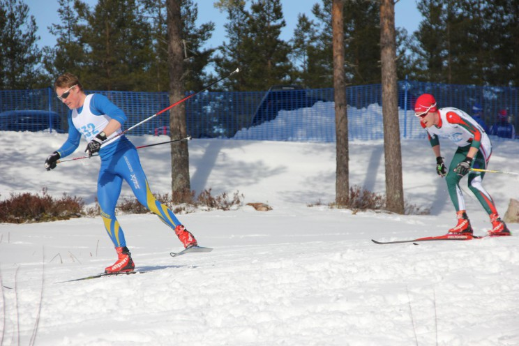 På väg in mot mål i rygg på Fredrik Andrée.