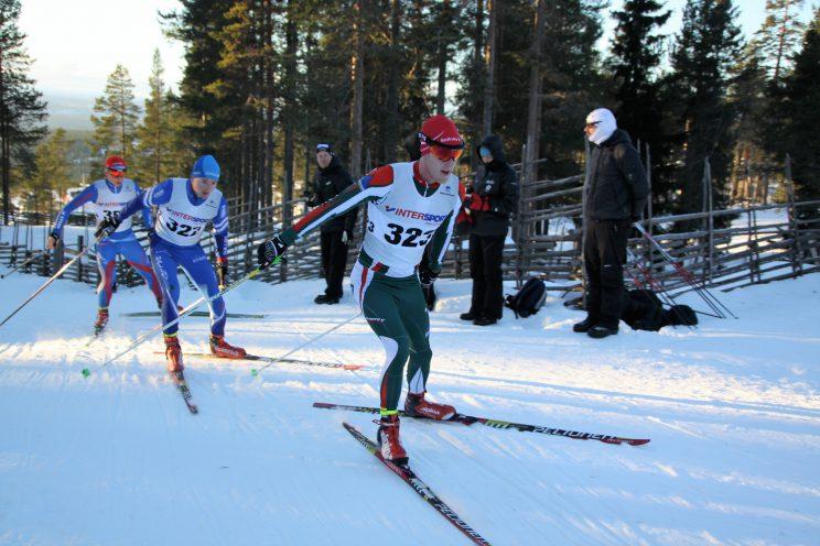 Med Oscar Claesson och Alfred Buskqvist i rygg uppför fäbodbacken ett utav mittenvarven.